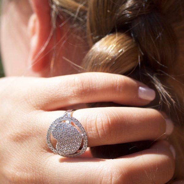 anello cuore zirconi dettaglio indossato
