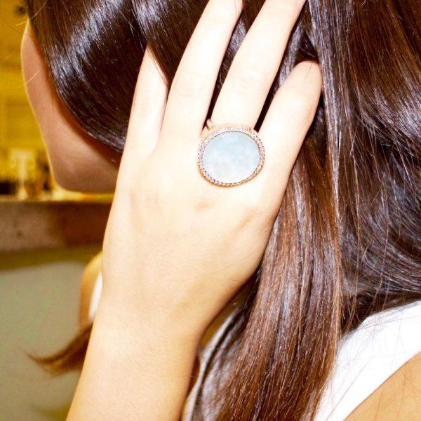 anello giada azzurra e cristallo di rocca indossato dettaglio