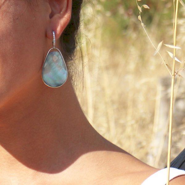 orecchini goccia madreperla cristallo di rocca dettaglio