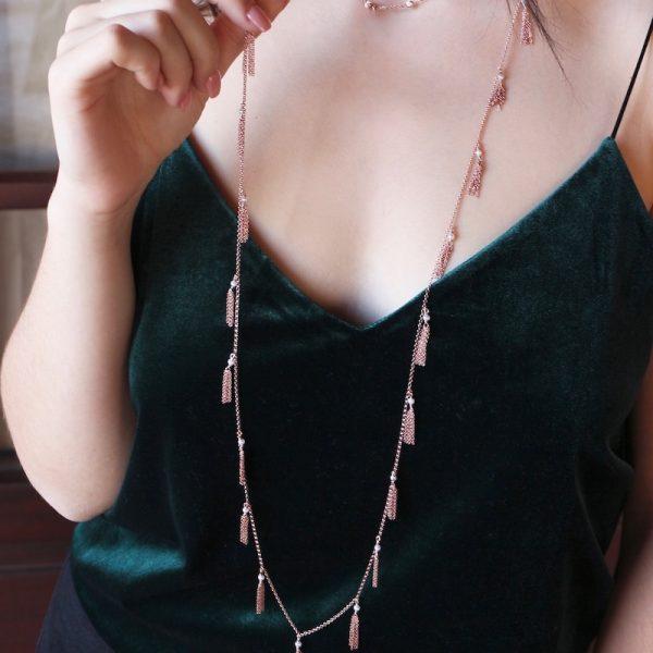 collana nappine e perle indossata
