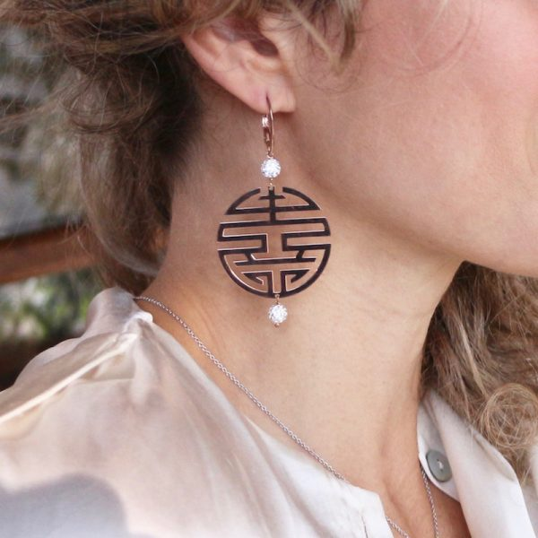 orecchini simbolo felicità indossati
